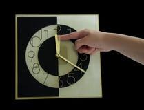 Main d'horloge étant refoulée photographie stock libre de droits