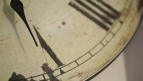 Main d'horloge en gros plan de minutes de Timelapse sur 5 Horloge avec le décor et les chiffres romains banque de vidéos