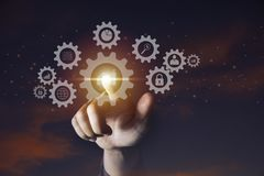 Main d'icône de vitesse de participation d'homme d'affaires pour le concept de technologie et d'affaires image stock