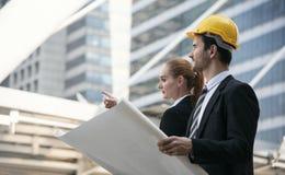 Main d'ingénieur d'affaires tenant le dessin de construction Photo libre de droits