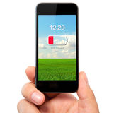 Main d'isolement d'homme tenant le téléphone avec la basse batterie sur un écran Photos libres de droits
