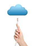 Main d'isolement de femme tenant un câble d'ordinateur et un nuage d'utilisations Photographie stock