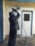 Main d'oeuvre lavant une maison Image libre de droits