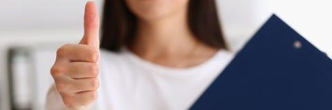 Main d'offre de femme d'affaires à secouer comme bonjour Photographie stock