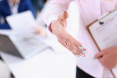 Main d'offre de femme d'affaires à secouer comme bonjour Photo libre de droits