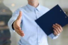 Main d'offre d'homme d'affaires à secouer comme bonjour dans le bureau Image libre de droits