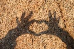 Main d'ombre en forme de coeur Image libre de droits