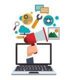 Main d'ordinateur portable avec le marketing numérique de mégaphone Photographie stock libre de droits
