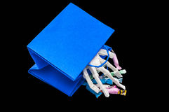 Main d'os dans des sacs de des bonbons ou un sort Image libre de droits
