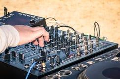 Main d'un disc-jockey jouant la musique sur le mélangeur professionnel photo libre de droits