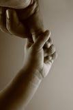 Main d'un enfant et d'un père Image stock