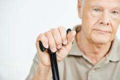 Main d'un homme aîné avec une canne Photographie stock libre de droits