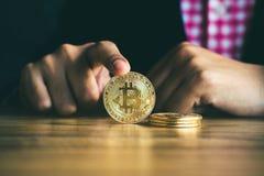 Main d'un homme d'affaires tenant la pièce de monnaie du bitcoin Images libres de droits