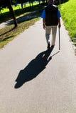 Main d'un homme avec le bâton de marche Photo libre de droits