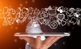 Main d'un homme tenant le smartphone avec les icônes médicales tout autour Photo stock