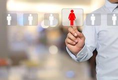 main d'un homme touchant l'icône rouge de femmes sur le pressing moderne de bouton Photo stock