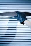 Main d'un voleur à une fenêtre Photographie stock libre de droits