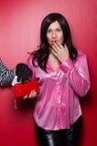 main d'un voleur volant les dollars nous à une femme Image libre de droits