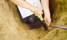 Main d'une écriture d'écologiste de femme dans le carnet photo libre de droits