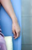 Main d'une femme avec le traitement d'acuponcture Images libres de droits