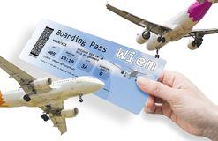 Main d'une femme tenant un billet d'avion à Wien - isolat d'image Images stock