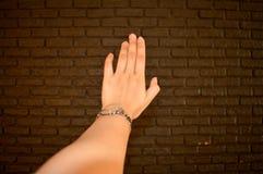 Main d'une jeune fille et d'un mur de chocolat de l'amour doux Images libres de droits