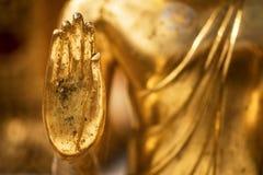 Main d'une statue d'or de lundi Bouddha images stock