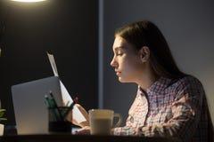 Main-d'œuvre féminine analysant des rapports financiers de société Images libres de droits