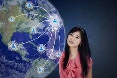 Main-d'œuvre féminine appuyant sur le bouton social de media Images stock