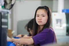 Main-d'œuvre féminine sur l'usine électronique en Chine Photographie stock libre de droits