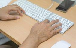 Main dactylographiant sur le clavier images libres de droits