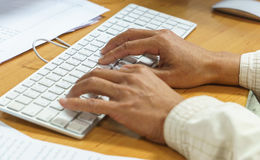 Main dactylographiant sur le clavier Photos stock
