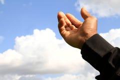 Main dans le ciel Photos stock