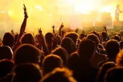 Main dans le ciel dans un concert Images libres de droits