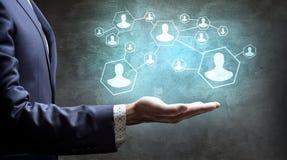 Main dans les icônes sociales de réseau de présent de costume Image stock
