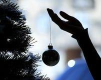 Main décorant l'arbre de Noël Image stock