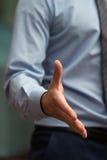 Main de élargissement d'homme d'affaires à la secousse Photos libres de droits
