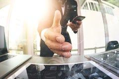 main de élargissement d'homme d'affaires à la secousse dans son bureau comme concept Photographie stock