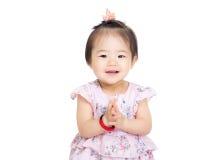 Main de applaudissement de bébé de l'Asie photo stock