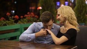Main de baiser d'admirateur amoureux de sa belle dame, se reposant dans le restaurant confortable banque de vidéos