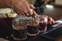 Main de barman avec la barre de cocktail de mode images libres de droits