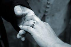 Main de boucle de mariage de mariées Images stock