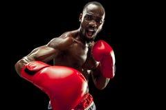 Main de boxeur au-dessus de fond noir Concept de force, d'attaque et de mouvement image stock
