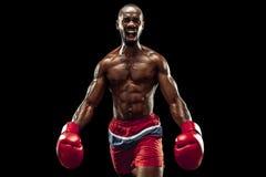 Main de boxeur au-dessus de fond noir Concept de force, d'attaque et de mouvement photo libre de droits