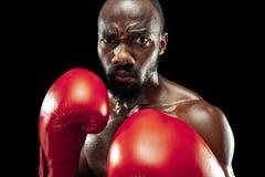 Main de boxeur au-dessus de fond noir Concept de force, d'attaque et de mouvement image libre de droits