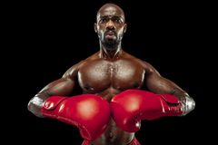 Main de boxeur au-dessus de fond noir Concept de force, d'attaque et de mouvement images libres de droits