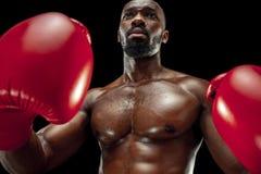 Main de boxeur au-dessus de fond noir Concept de force, d'attaque et de mouvement photographie stock libre de droits