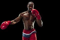Main de boxeur au-dessus de fond noir Concept de force, d'attaque et de mouvement images stock