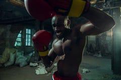 Main de boxeur au-dessus de fond noir Concept de force, d'attaque et de mouvement photos stock