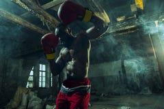Main de boxeur au-dessus de fond noir Concept de force, d'attaque et de mouvement photos libres de droits